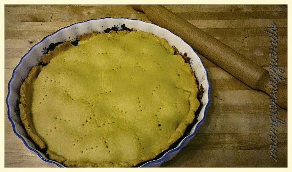 Usate la pasta per coprire le cipolle rimboccando in alto l'eccesso di pasta, bucherellatela con una forchetta