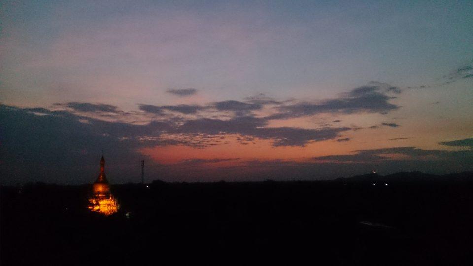 la nostra alba nuvolosa a Bagan - Myanmar