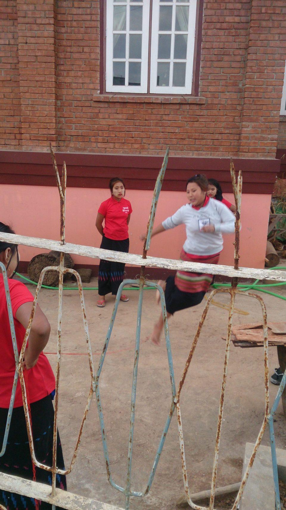 Kalaw Myanmar ragazze che giocano al salto dell'elastico