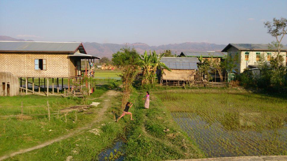 Villaggio su palafitte a su di Nyaungshwe inle lake