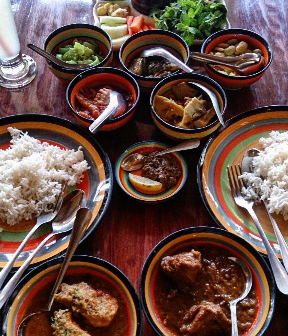 Tipico pranzo birmano a base di curry