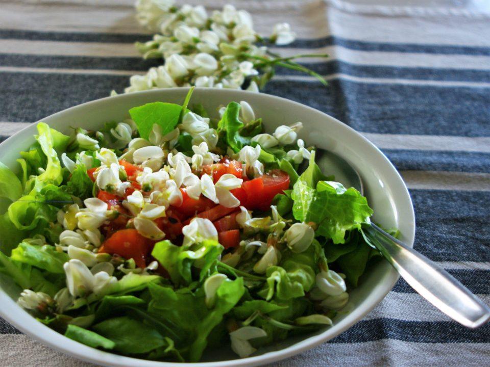 insalata con fiori d'acacia